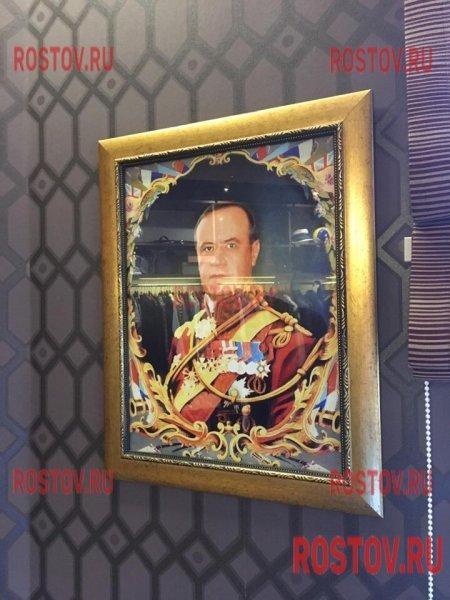При обыске у замгубернатора Ростовской области обнаружены его парадные портреты