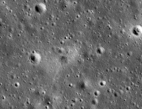 "NASA опубликовало фото ""вмятины"" от станции ""Beresheet"" на Луне"
