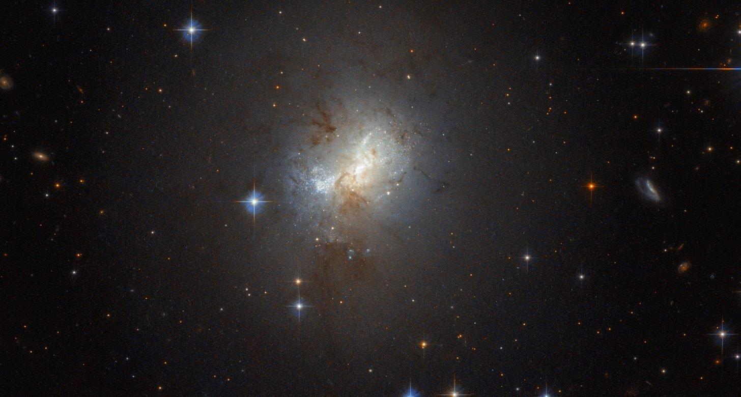 «Hubble» сфотографировал маленькую галактику с большим «сердцем»