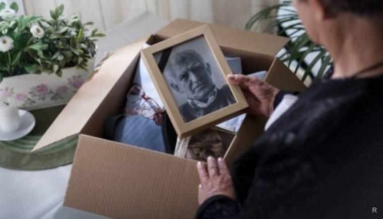 Что делать с вещами умершего человека подскажут приметы