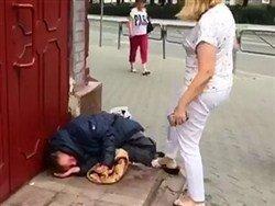 Российская чиновница избила ногами бомжа