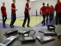 В России начали готовить запрет на телефоны в школах