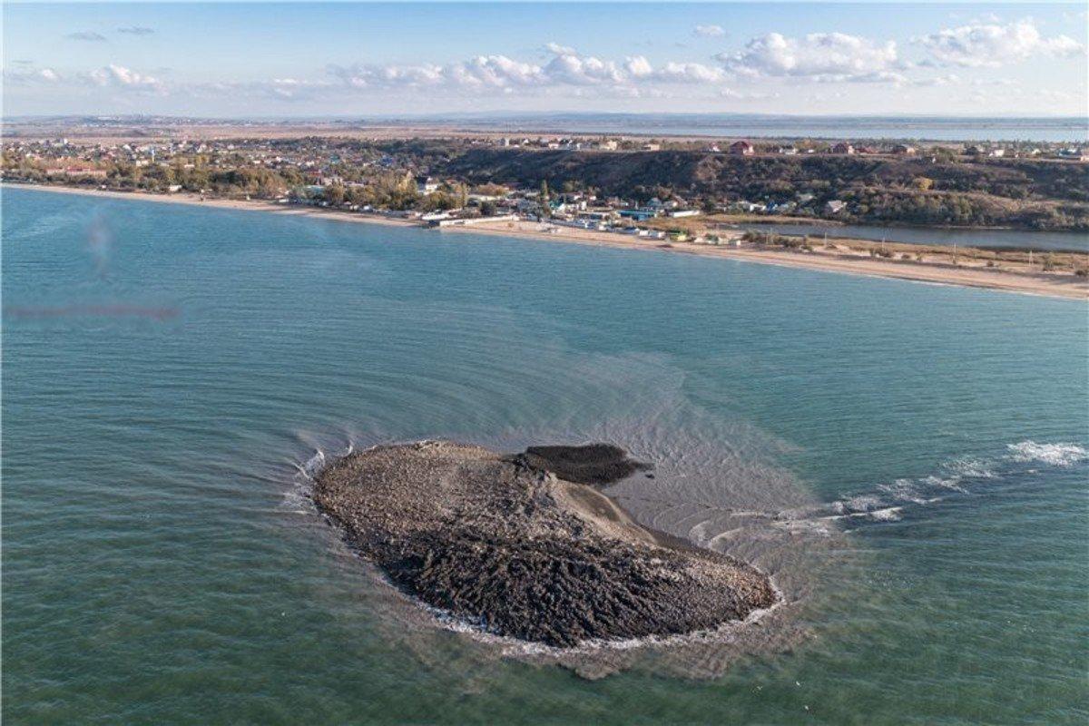 Самый большой остров из грязи бесследно исчез в море