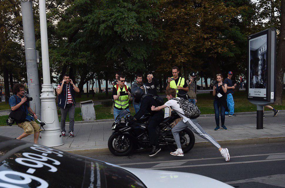 Мотоциклист стал жертвой протестующих на митинге в Москве