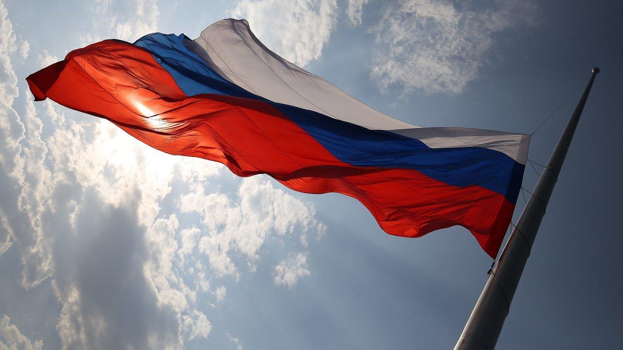 предлагает развивающиеся флаги россии пытаются