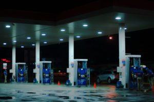 Нефтяная война России с Саудовской Аравией привела к тому, что в США бензин стал дешевле воды