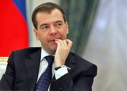 Медведев призвал единороссов перечислить месячную зарплату врачам