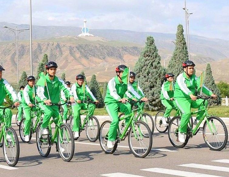 В Туркмении во время пандемии провели массовый велопробег в честь Дня здоровья
