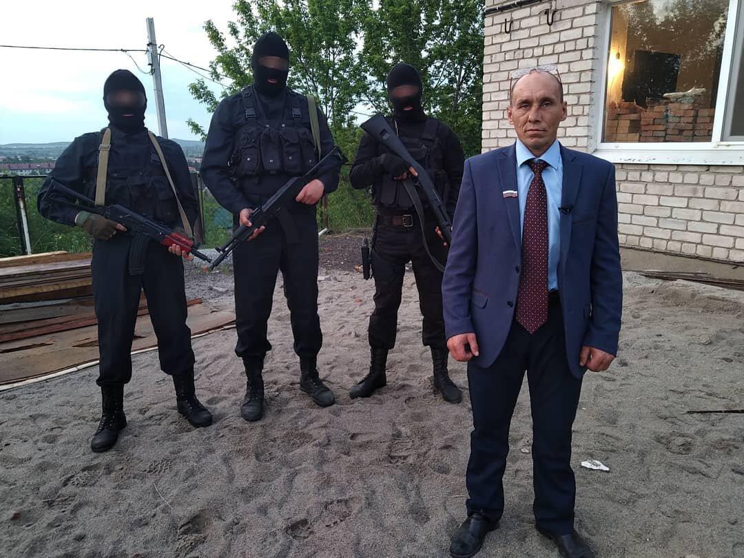 Героя шуточного видео с псевдополицейским и ящиками денег арестовали на 5 суток