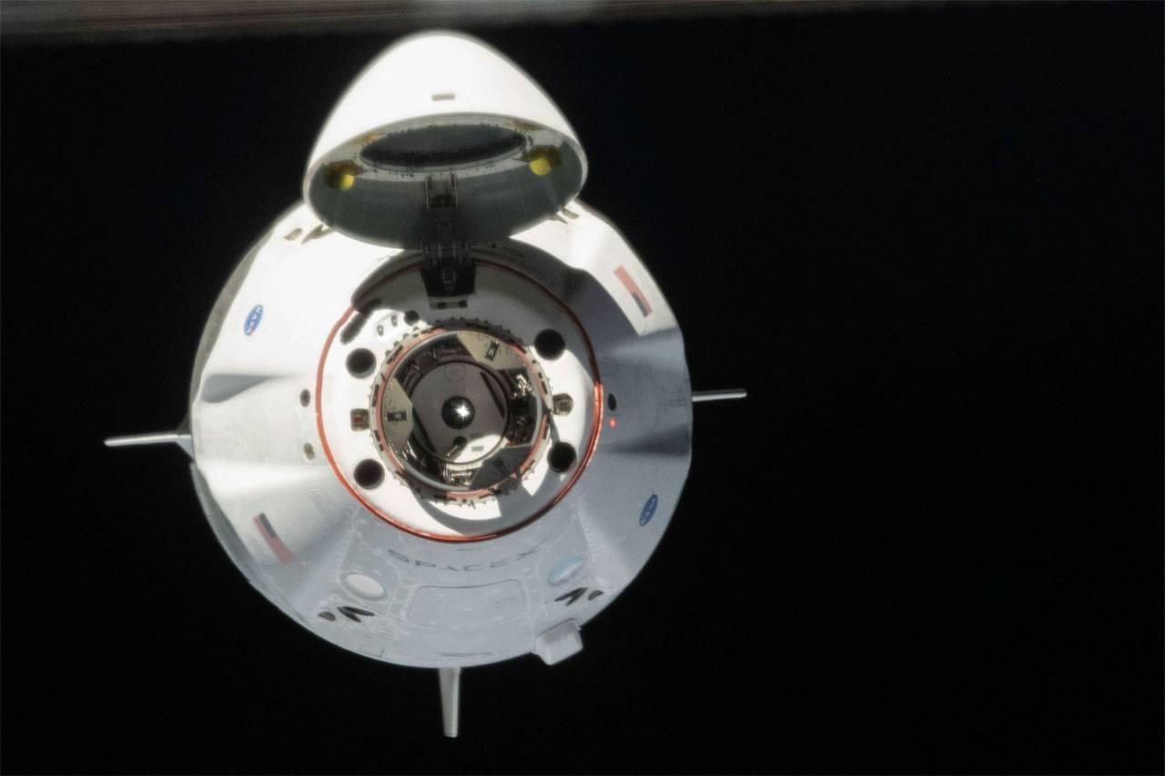 """""""А вас, Crew Dragon, я попрошу остаться"""": космический корабль от SpaceX задерживается"""