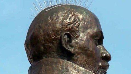 Может, легче Ленина убрать? В Магадане сняли антиголубиные шипы с памятника вождю