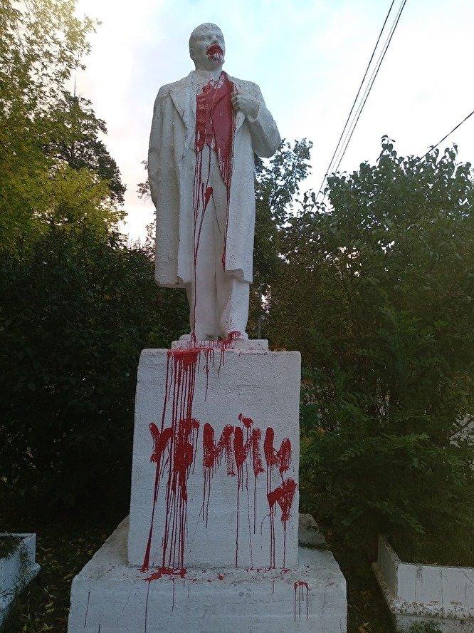 В Миассе вандалы облили краской памятник Ленину и написали на нём «убийца»