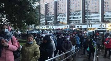 Москвичи жалуются на очереди в поликлиники, а им отвечают роботы