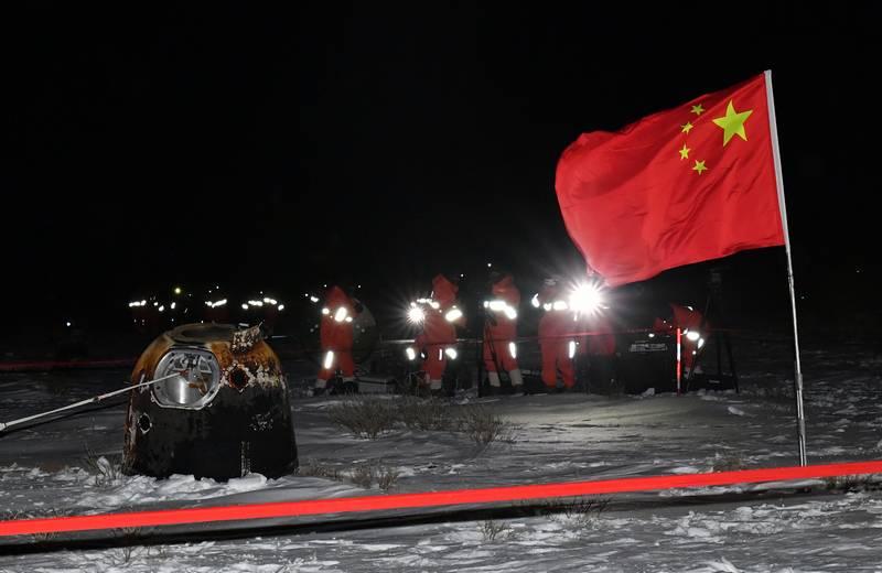 "Китайский аппарат ""Чанъэ-5"" доставил лунный грунт на Землю"