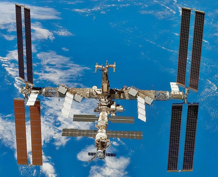 Космонавты заклеили третью трещину на МКС