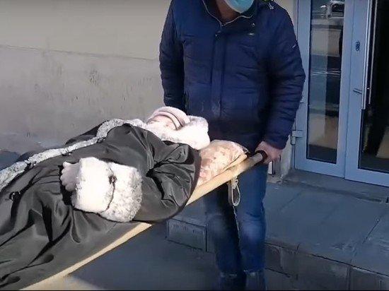 В Энгельсе лежачую пенсионерку принесли в банк на носилках, чтобы разблокировать карту