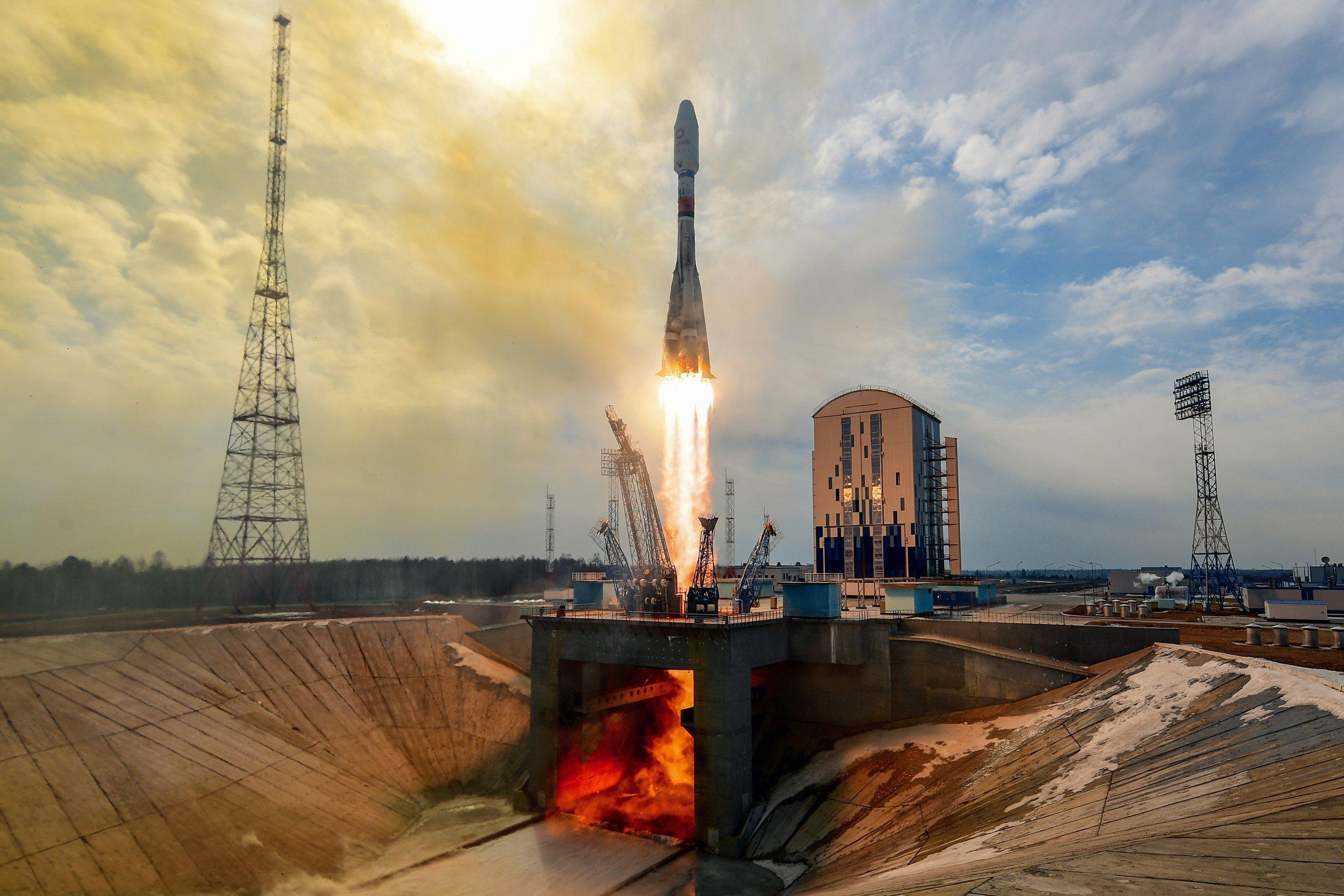 """Ракета-носитель """"Союз-2.1б"""" с космодрома Восточный успешно вывела на орбиты 36 спутников"""