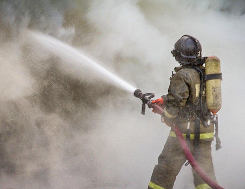 Пожарные уже более суток не могут потушить Невскую мануфактуру