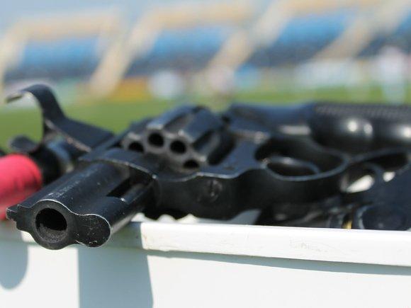 Тренер по фигурному катанию направил на девушку сигнальный пистолет и выстрелил ей в лоб