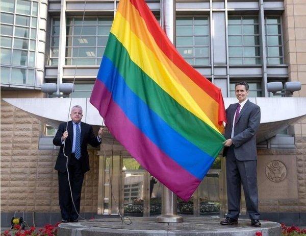 В Госдуме предложили американским властям заменить свой национальный флаг на флаг ЛГБТ