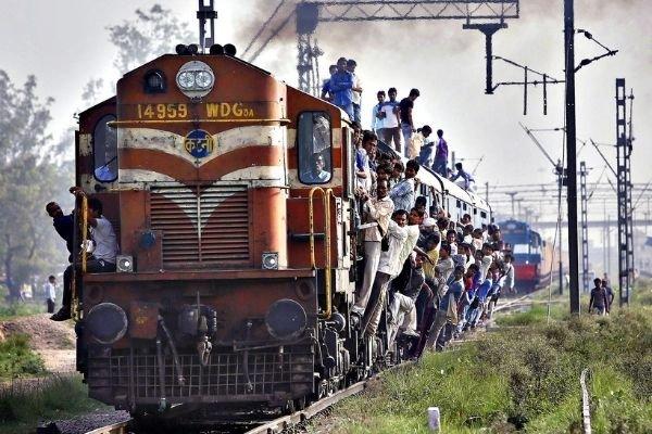 Власти предлагают завозить рабочих-мигрантов на чартерных поездах
