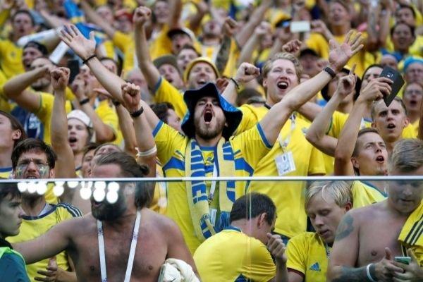 Швеция отправила на карантин вернувшихся из России футбольных фанатов