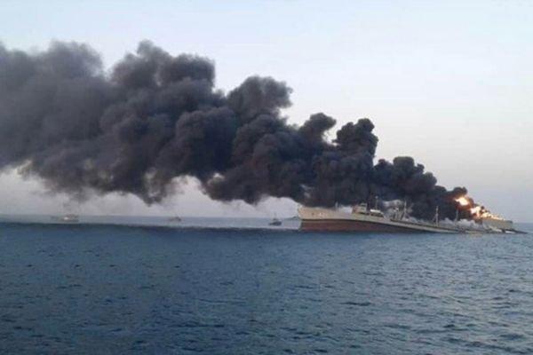Крупнейший иранский корабль загорелся и затонул