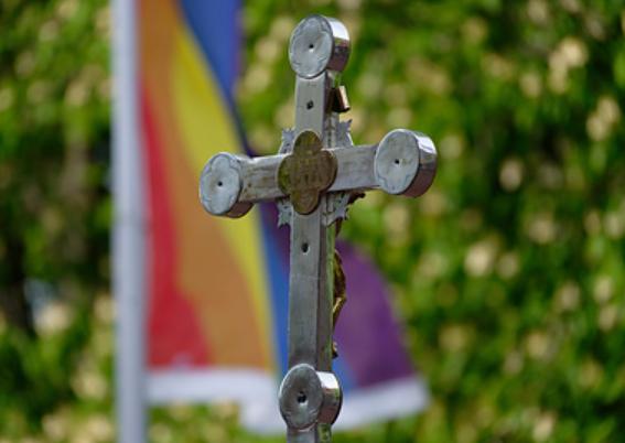 Лесбиянка отреклась от гомосексуальности и стала священником