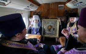 Митрополит Варсонофий облетел Петербург на вертолете с молебном в защиту от коронавируса