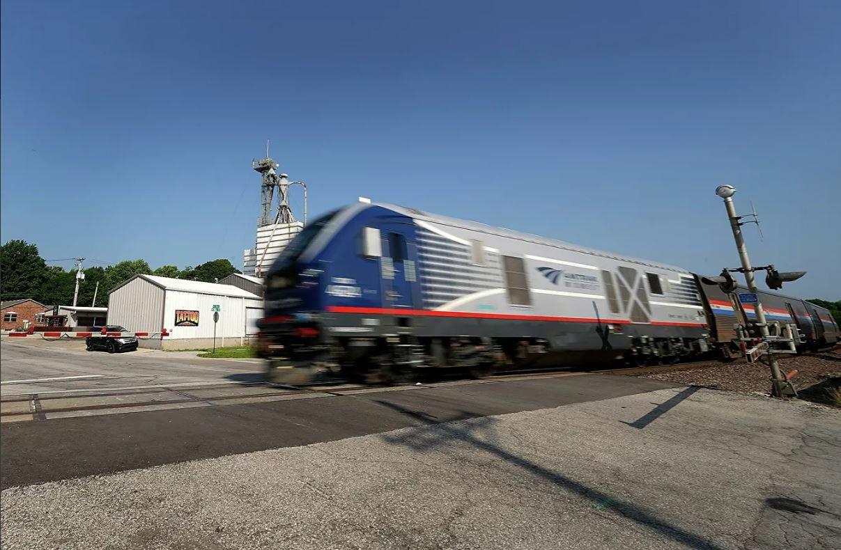При сходе пассажирского поезда с рельсов в США пострадали более 50 человек